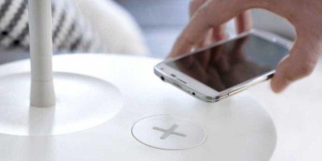 이케아가 스마트폰이 무선으로 충전되는 가구를
