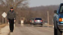 이 남자는 56km를 걸어 아픈 아내와 손자를