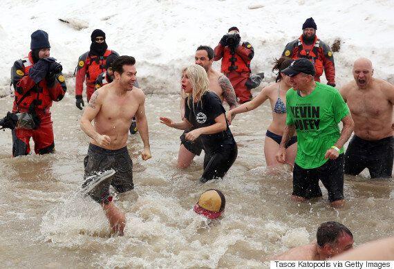 지적장애인 올림픽 모금을 위해 얼음물에 뛰어든 레이디