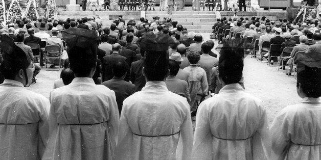 1994년 5월 11일 오전 서울 성균관대 명륜당에서 열린 최근덕 성균관 관장 취임식에 참석한 전국의 유림대표들이 조선시대 유생 복장을 한 채 최관장의 취임사를 듣고