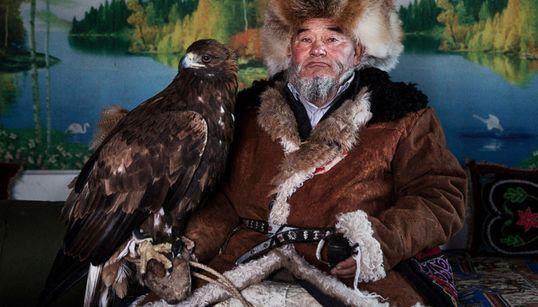 독수리로 사냥을 하는 사람들
