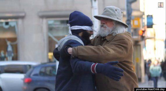 사람들은 '무슬림' 남성을 안아줄 수