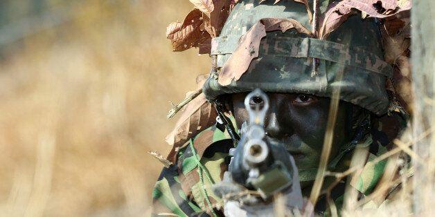 23일 오전 경북 영천 3사관학교 각개전투교장에서 여성 사관생도가 기초군사훈련에 임하고 있다. 올해 처음 선발된 여생도 20명을 포함한 3사 52기 예비생도들은 오는 2월 16일 정식