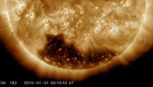 지구보다 수백 배 더 큰 태양의 코로나 구멍이