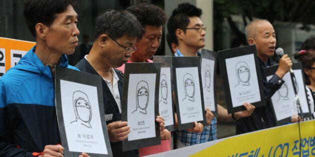 삼성 반도체 피해 노동자와 시민단체 회원들이 2014년 8월 18일 오전 서울 서초동 삼성전자 서초사옥 앞에서 삼성의 사과와 보상을 촉구하는 기자회견을 열고