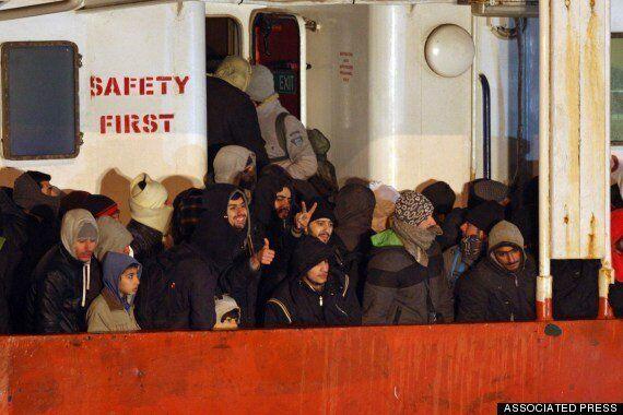 유럽행 불법 이민자들이 '유령선'을 타는