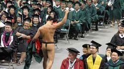 졸업식장에서 옷을 벗은 하와이 원주민의