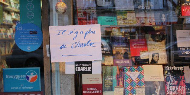 최근 테러를 당한 프랑스 주간지 '샤를리 에브도' 최신호가 발행된 14일 파리의 한 서점에 '샤를리 에브도가 다 팔렸다'(Il n'y a plus de Charlie)라는 글이 창문에...