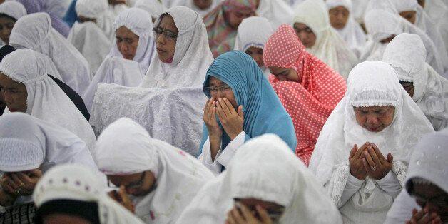 인도양 쓰나미 발생 10주년을 하루 앞둔 25일(현지시간) 인도네시아 반다아체의 한 이슬람 사원에서 주민들이 기도회에 참석하고