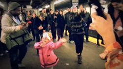 소녀가 지하철 승강장의 모두를 춤추게