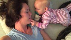 자고 있는 엄마는 아기의