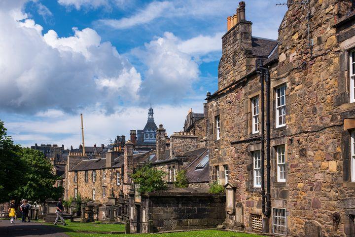 A cidade de Edimburgo, no Reino Unido.