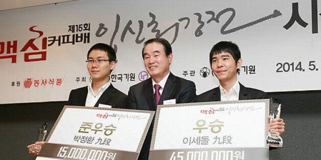 5월 7일 서울 플라자호텔에서 열린 맥심커피배 입신최강전 시상식에서 우승한 이세돌 9단과 준우승한 박정호나 9단이 이광복 동서식품 대표이사(가운데)와 기념촬영을 하고