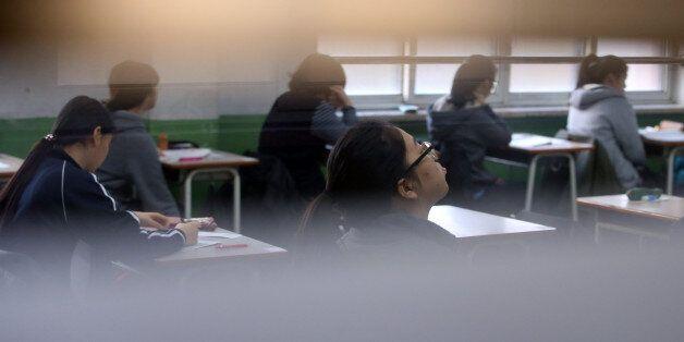 2015학년도 대학수학능력시험이 치러진 13일 오전 서울 강남구 압구정고등학교에서 수험생들이 시험 시작을 기다리고