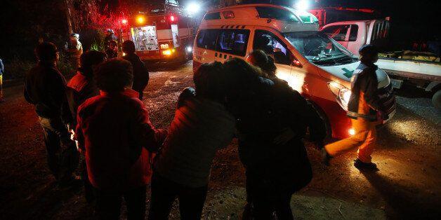 화재 진압 직후 화재 소식을 듣고 현장을 찾은 피해학생 가족이 오열하고