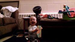 멜로디카드에 자동으로 반응하는 아기