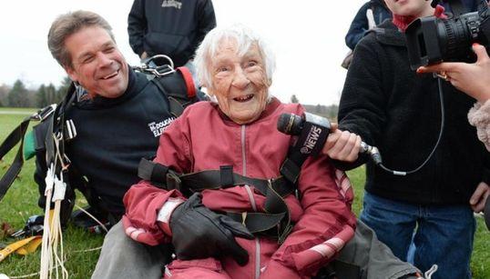 100세 할머니 생일 자축 스카이다이빙!