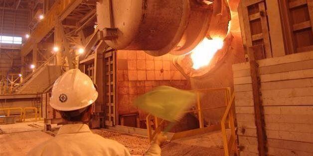 2010년 4월 포스코 광양제철소 4냉연공장 지붕에 설치된 1㎿급 태양광 발전설비를 직원이 점검하고