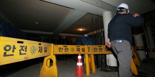 10일 오후 기울어진 건물을 바로잡는 보강공사가 진행되고 있는 서울 송파구의 한 5층짜리 다가구 주택에 공사 장비와 자재 등이