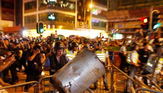 홍콩 시위대, 캠프 철거 경찰과 충돌 (사진,
