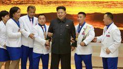 북한 김정은 지팡이 집고 공개활동 등장
