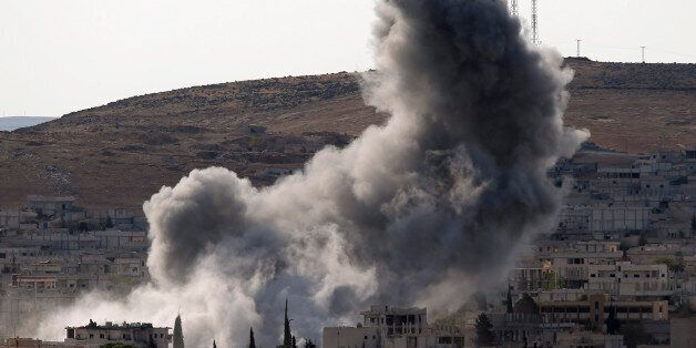 이슬람국가(IS)와 쿠르드 민병대 사이에 치열한 전투가 벌어지고 있는 코바이 시가에서 지난 15일(현지 시간) 폭발음과 함께 연기가 치솟고