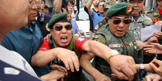 2010년 6월 17일 오전 서울 종로구 참여연대 사무실 앞에서 고엽제전우회 회원들이 천안함 서한 규탄집회를 여는 동안 일부 회원들이 가스통을 들고 집회장에 나타나자 경찰이 이를 압수하고