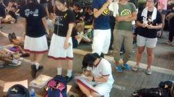 시위현장에서 숙제도 하는 홍콩