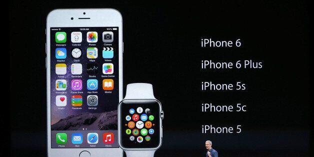 애플 최고경영자 팀 쿡이 아이폰6와 애플워치를 소개하고