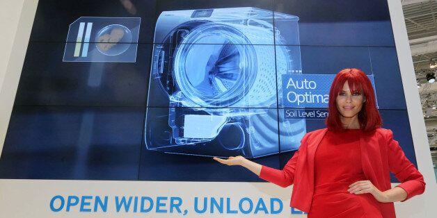삼성전자는 최근 독일 베를린에서 열린 'IFA 2014'에서 다양한 프리미엄 제품들을 선보였다. 사진은 '시티큐브 베를린' 삼성전자 전시장에서 모델이 크리스탈블루 세탁기를 선보이고...