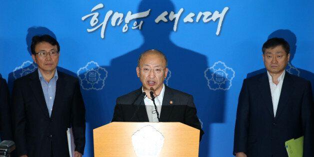 문형표(가운데) 보건복지부장관이 11일 오전 서울 세종로 정부서울청사에서 담뱃값(담뱃세) 인상안을 포함한 종합적인 금연대책을 공식 발표하고
