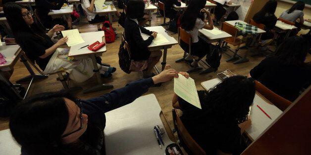 대학수학능력시험 9월 모의평가가 치러진 3일 오전 서울 풍문여고 3학년 학생들이 시험 답안지를 나누고