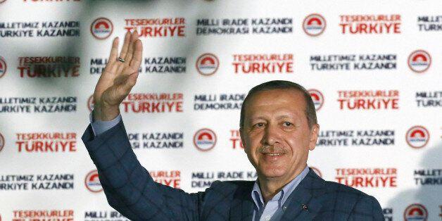 10일, 타이이프 에르도안 터키 총리가 사상 첫 직선제 대통령 선거에서 당선을 확정지은 뒤 지지자들에게 손을 흔들고