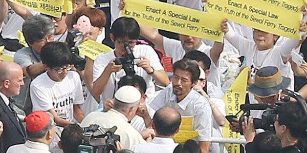 16일 프란치스코 교황이 시복식 미사가 열리는 광화문 광장에서 세월호 유가족 중 34일째 단식 중인 김영오씨를 만나 위로하고