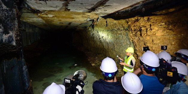 14일 오전 서울 송파구 석촌지하차도 도로 함몰 사고 현장에서 이채규 조사위원이 지하도 중심부 도로 밑에 생긴 공동(空洞)에 대해서 설명하고 있다. 외부 전문가 10인이 참여한 조사단은...