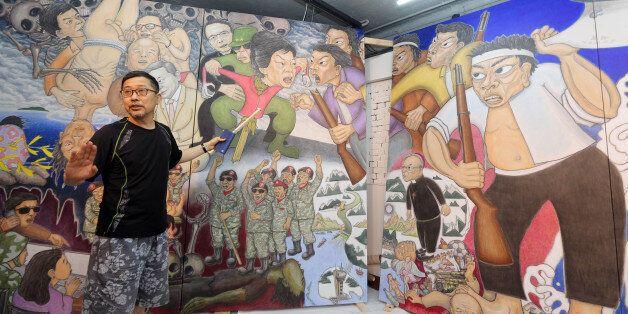 80년대 한국의 대표적인 민중미술작가인 홍성담(59)씨가 6일 오전 광주 동구 금남로 매이홀에서 8일부터 광주시립미술관에서 선보일 걸개그림 '세월오월'을 설명하고