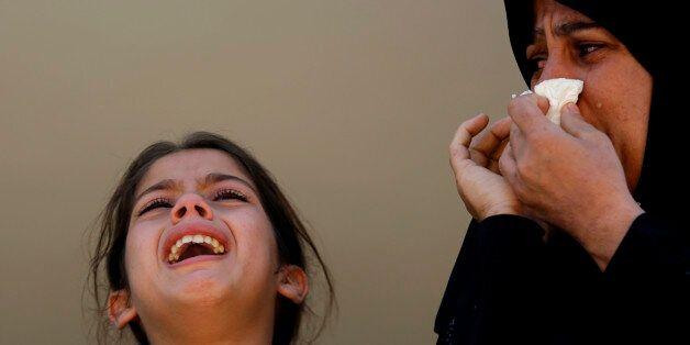 6일 가자지구에서 열린 이슬라믹 지하드 소속 Shaaban Al-Dahdouh의 장례식에서 팔레스타인 친척들이 슬퍼하고