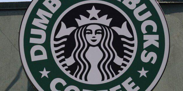 지난 2월, 미국 로스앤젤레스에 등장한 '덤 스타벅스'. 스타벅스를 패러디한 이 매장이 화제가 되자 캐나다 출신 코미디언 네이선 필더는 자신이 꾸민 일이라고