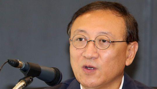 '박근혜 풍자' 광주비엔날레 대표