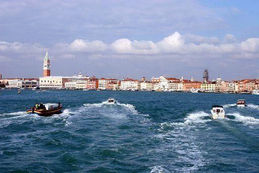 Barca si schianta su diga a Venezia, tre morti e un ferito