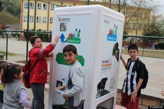 터키의 재활용 자판기 : 플라스틱 병을 넣으면 동물을 위한 물과 음식이