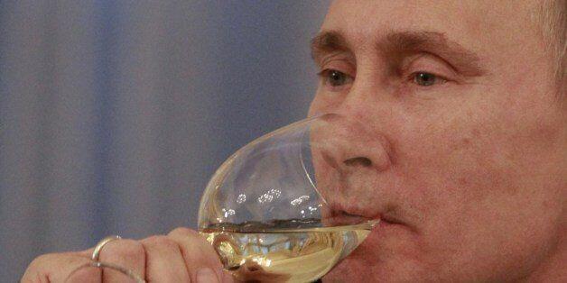 와인을 마시는 푸틴