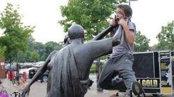 동상과 일체가 된