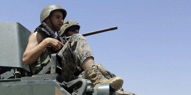 교전 3일째인 4일 레바논 군인들이 시리아 국경 근처 도시인 아르살로 진입하는 장갑차 위에