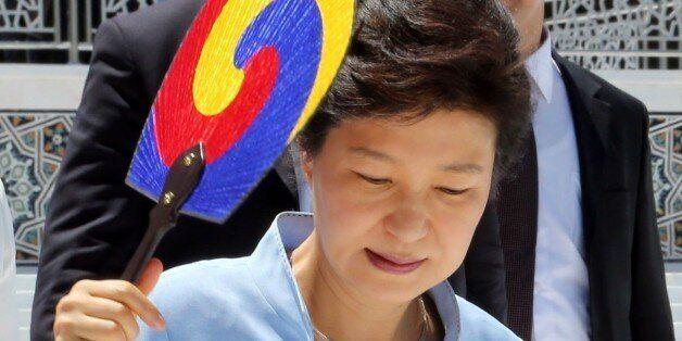박근혜 대통령 국정수행 지지도 조사에서 부정적인 평가가 처음으로 긍정적인 평가를 앞섰다. 사진은 중앙아시아 3개국을 순방중인 박 대통령이 18일 오전( 현지시각 ) 우즈베키스탄 사마리칸트...