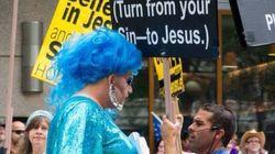 게이 퍼레이드를 방해하는 시위대에 대항하는