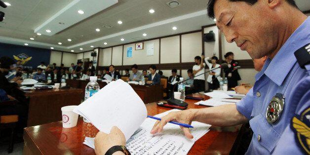 세월호 국정조사 특위 야당 측 의원들이 25일 오전 전남 목포해양경찰서를 현장조사하는 가운데 김문홍 목포해양경찰서장이 의원들의 질문을 듣고 자료를 살펴보고