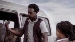 나이로비에서 아이들이 버스를 타는