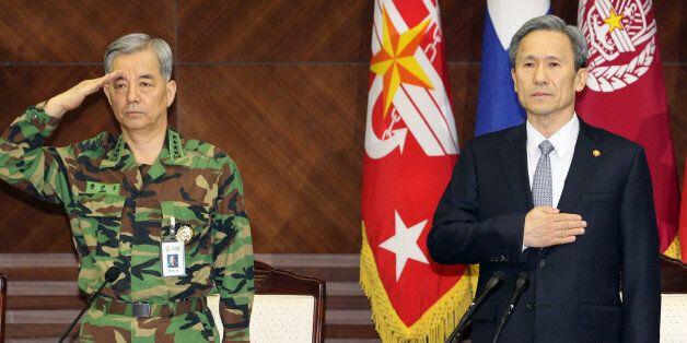 박근혜 대통령은 1일 오전 신임 국가안보실장에 김관진 국방부 장관을, 국방부 장관에 한민구 전 합참의장을 내정했다. 사진은 지난 2011년 열린 전군주요지휘관회의에서의 김관진(오른쪽)과