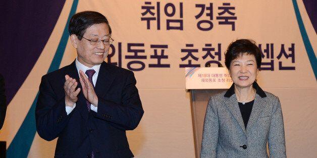 박근혜대통령이 지난 2012년 2월26일 서울 중구 롯데호텔에서 열린 박근혜 제18대 대통령 취임 경축 재외동포 초청 리셉션에서 김황식총리로부터 박수를 받고
